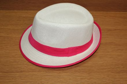 дамска шапка с цикламена панделка