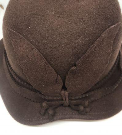 Кафява филцова шапка
