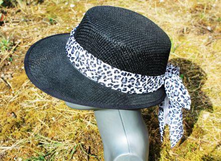 черна шапка с асиметрична периферия